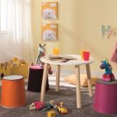 Angolo gioco con tavolino vintage e seduta colorata